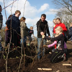 Rick Hartkamp begeleid de kinderen tijdens boomfeestdag 2016